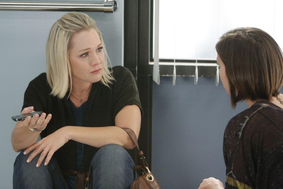 Ist Kelly (Jennie Garth, l.) etwa zu spät gekommen, um sich von ihrer totkranken Mutter zu verabschieden? Silver (Jessica Stroup, r.) tröstet sie... - Bildquelle: TM &   CBS Studios Inc. All Rights Reserved