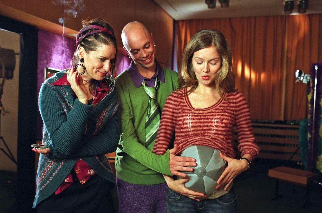 Kostümbildner Alexander (Daniel Stock, M.) hat für Nina (Stefanie Stappenbeck, r.) einen aufblasbaren Schwangerschaftsbauch gebastelt. Auch Freund... - Bildquelle: Sat.1