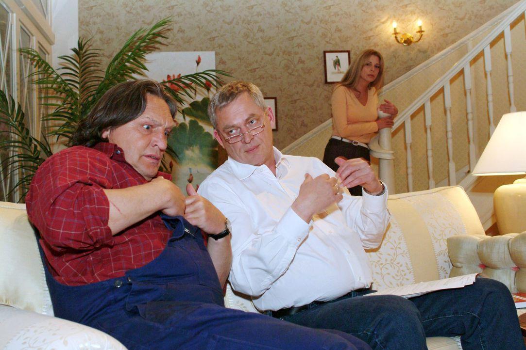 In Bernd (Volker Herold, l.) hat Friedrich (Wilhelm Manske, M.) einen sehr aufmerksamen Zuhörer gefunden, dem er detailgenau seine Leiden beschreibe... - Bildquelle: Monika Schürle SAT.1 / Monika Schürle