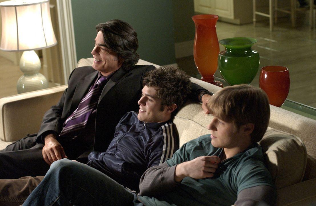Männerabend: Sandy (Peter Gallagher, l.), Ryan (Benjamin McKenzie, r.) und Seth (Adam Brody, M.) ... - Bildquelle: Warner Bros. Television