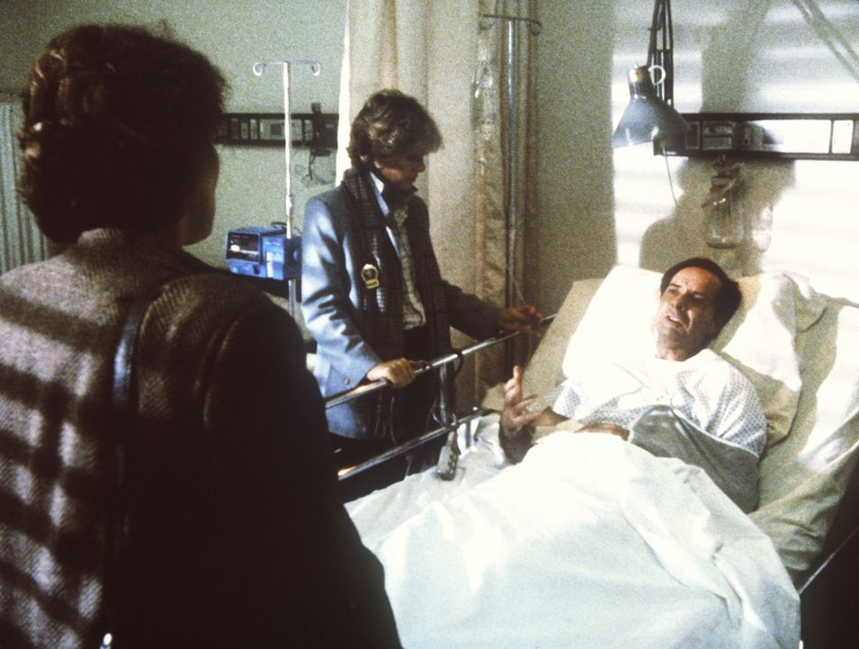 Lacey (Tyne Daly, l.) und Cagney (Sharon Gless, M.) verhören den angeschossenen Einbrecher. - Bildquelle: ORION PICTURES CORPORATION. ALL RIGHTS RESERVED.