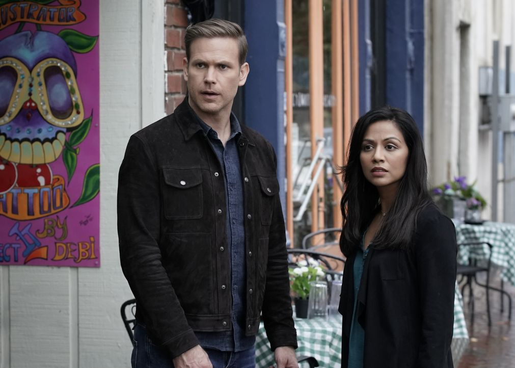 Alaric Saltzman (Matt Davis, l.); Emma Tig (Karen David, r.) - Bildquelle: Jace Downs 2019 The CW Network, LLC. All rights reserved. / Jace Downs
