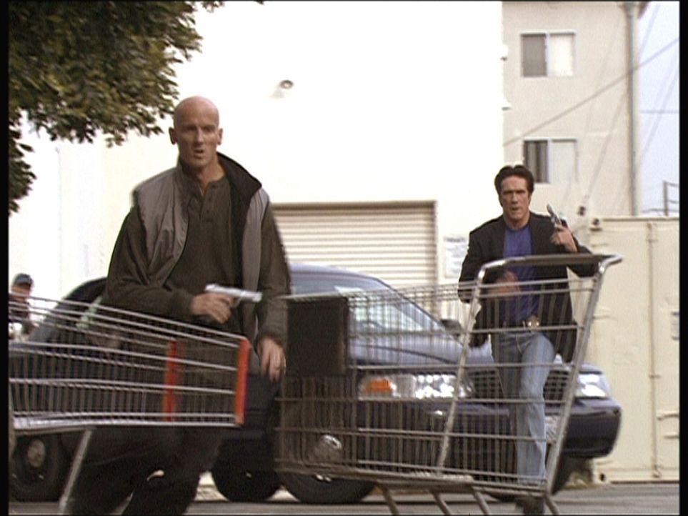 Steve (Barry Van Dyke, r.) nimmt die Verfolgung eines mutmaßlichen Mörders auf. - Bildquelle: Viacom
