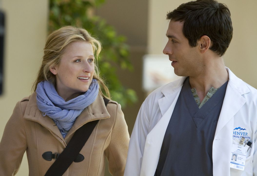 Freunde findet Emily (Mamie Gummer, l.) in Tyra und Micah (Michael Rady, r.), die ihr durch die Tücken und Fallen des Alltags helfen ... - Bildquelle: 2012 The CW Network, LLC. All rights reserved.