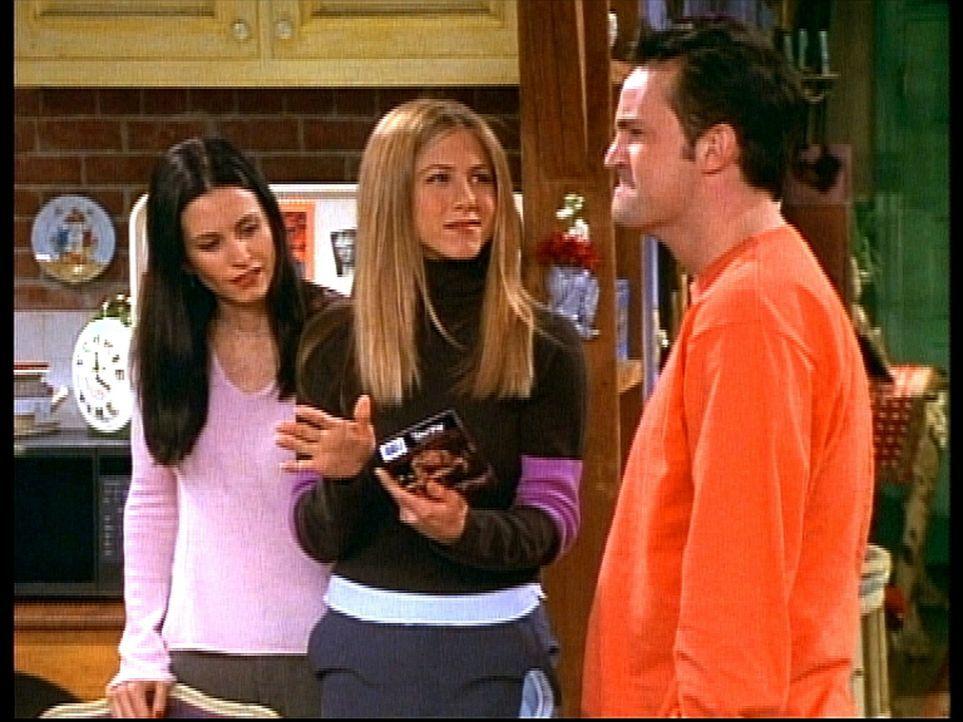 Monica (Courteney Cox, l.), Rachel (Jennifer Aniston, M.) und Chandler (Matthew Perry, r.) finden es überaus interessant, sich Phoebe in einem Porn... - Bildquelle: TM+  2000 WARNER BROS.