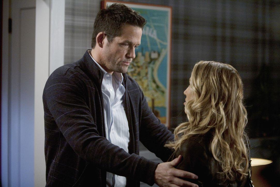 Sara (Sheryl Crow, r.) ist sich nicht sicher, ob Jules eine Gefährdung für ihre Beziehung mit Grayson (Josh Hopkins, l.) darstellen könnte ... - Bildquelle: 2009 ABC INC.