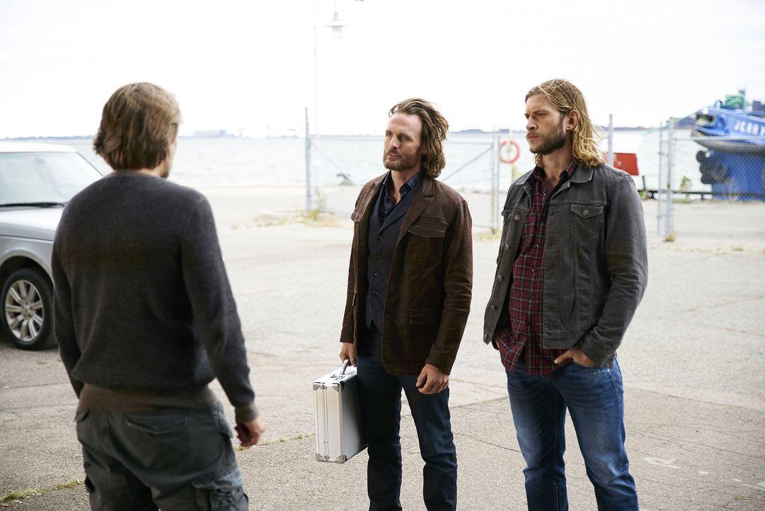 Während sich Sasha (John Ralston, l.), Jeremy (Greg Bryk, M.) und Clay (Greyston Holt, r.) auf den Weg zu einer Verhandlung mit dem russischen Alpha... - Bildquelle: 2016 She-Wolf Season 3 Productions Inc.