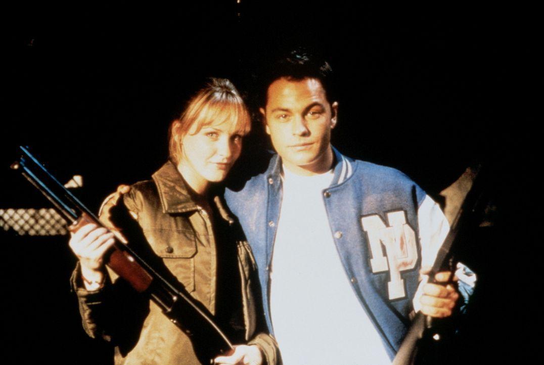 """Das geplante """"Monster Filmfest"""" zieht erbarmungslose, blutrünstige Monster an. Travis (Tobias Mehler, r.) und seine Freundin Jill (Angela Keep, l.)..."""