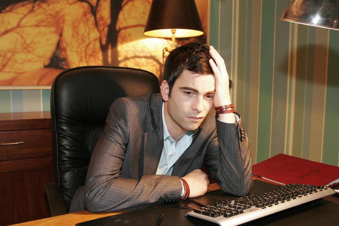 Traurig sitzt David (Mathis Künzler) an seinem Schreibtisch - in Gedanken ganz bei Lisa... - Bildquelle: Noreen Flynn SAT.1 / Noreen Flynn