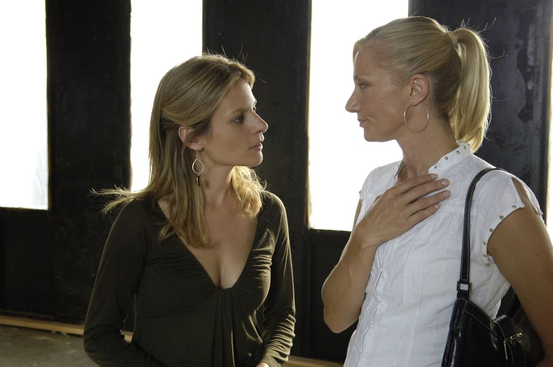 Gina (Jessalyn Gilsig, l.) und Julia (Joely Richardson, r.) beginnen, ihr Spa zu renovieren. Die beiden gehen richtig in ihrer Arbeit auf, doch dann... - Bildquelle: TM and   2005 Warner Bros. Entertainment Inc. All Rights Reserved.