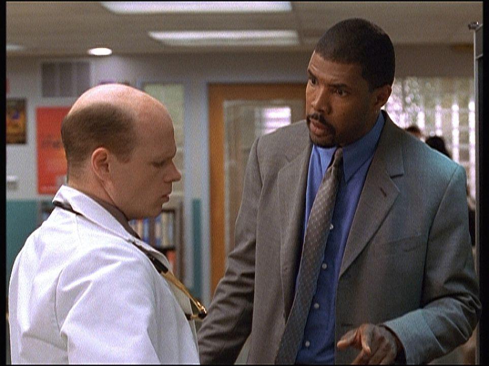 Romano (Paul McCrane, l.) hat Benton (Eriq LaSalle, r.) nicht nur gefeuert, sondern auch dafür gesorgt, dass der Chirurg in ganz Chicago beruflich e... - Bildquelle: TM+  2000 WARNER BROS.