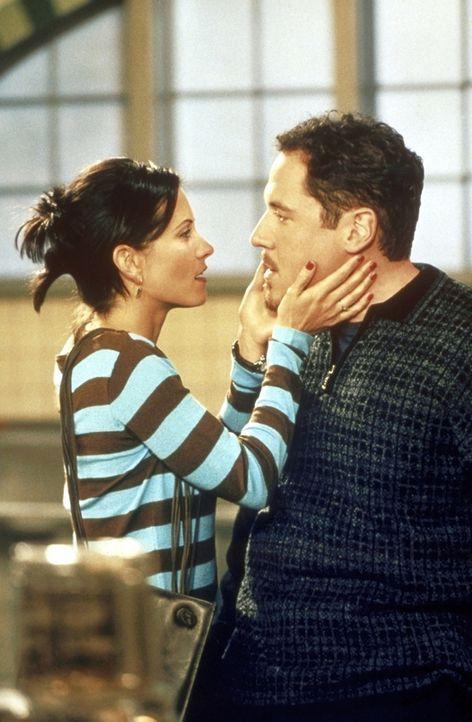 Monica (Courteney Cox, l.) ist außer sich: Pete (Jon Favreau, r.) möchte, dass sie seine Küchenchefin wird. - Bildquelle: TM+  2000 WARNER BROS.