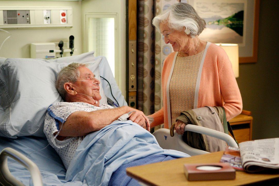Mark betreut den 80-jährigen Patienten Irving Waller (Ralph Waite, l.), der sich ein Penis-Implantat einsetzen lassen möchte, da er in seinem Heim e... - Bildquelle: Touchstone Television