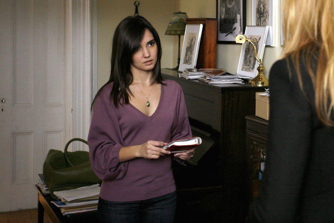 Während Chuck ohne Erinnerungen an die vergangene Nacht in einem Hotel aufwacht, wird das Leben von Miss Carr (Laura Breckenridge, l.) und Serena (B... - Bildquelle: Warner Brothers
