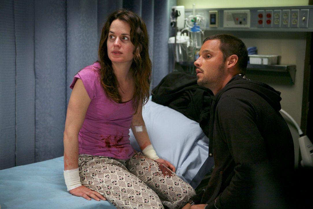 Rebecca (Elizabeth Reaser, l.) hat in einem unbemerkten Moment versucht, sich mit einem Messer die Pulsadern aufzuschneiden und Alex (Justin Chamber... - Bildquelle: Touchstone Television