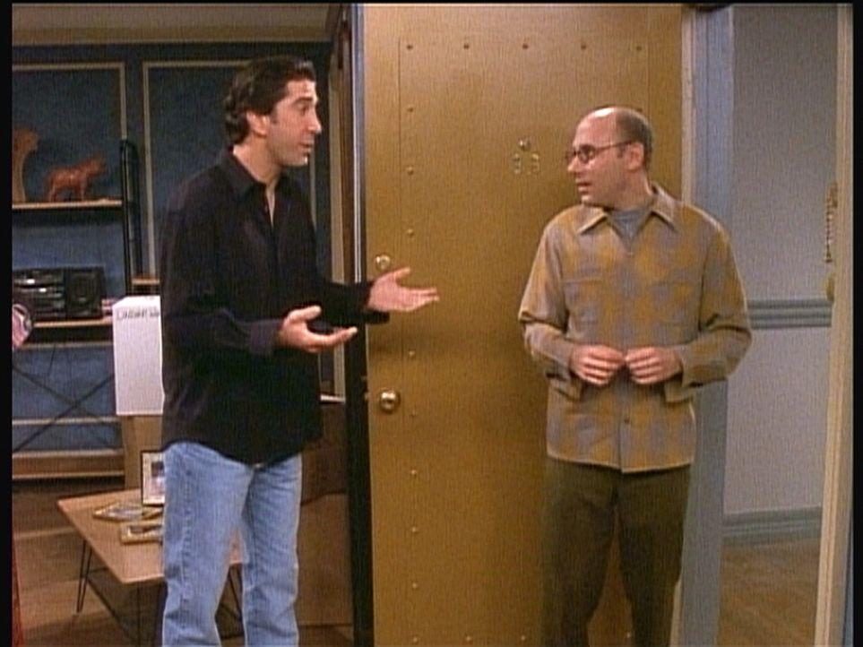 Ross (David Schwimmer, l.) sieht nicht ein, warum er sich an einer Spendenaktion des Mieterausschusses beteiligen soll. Da erscheint der Präsident... - Bildquelle: TM+  2000 WARNER BROS.