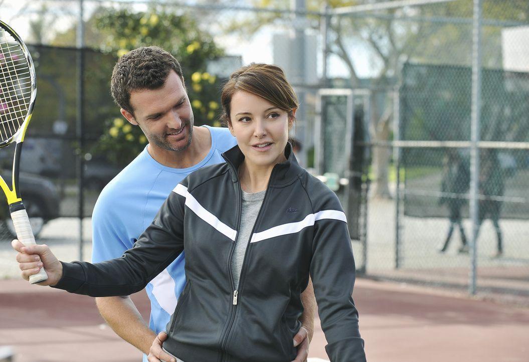 Ellie (Christa Miller, r.) genießt ihre Tennisstunden bei Alex (Kristian Capalik, l.) - bis sie den Fehler begeht und Jules ein Foto von ihm zeigt... - Bildquelle: 2009 ABC INC.
