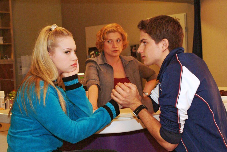 Agnes (Susanne Szell, M.) bekommt mit, wie die frisch Verliebten Kim (Lara-Isabelle Rentinck, l.) und Timo (Matthias Dietrich, r.) ihre gemeinsame P... - Bildquelle: Sat.1