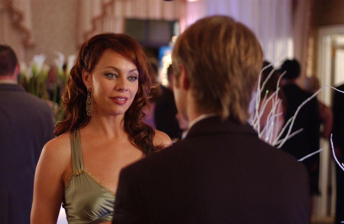 Julie (Melinda Clarke, l.) freut sich riesig, als sie Marissa mit Ryan (Benjamin McKenzie, r.) tanzen sieht, da dieser ihr, im Gegensatz zu DJ, wie... - Bildquelle: Warner Bros. Television