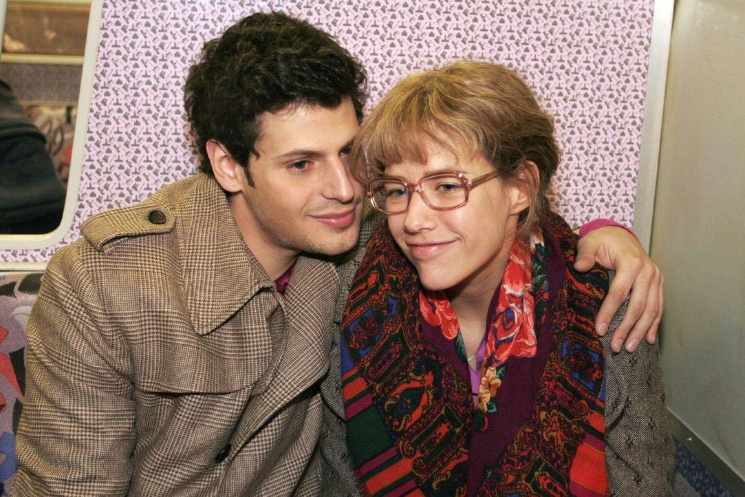 Lisa (Alexandra Neldel, r.) und Rokko (Manuel Cortez, l.) sitzen gemeinsam in der S-Banh und langsam beginnt Lisa, ihr Herz Rokko zu öffnen. (Dieses... - Bildquelle: Noreen Flynn SAT.1 / Noreen Flynn
