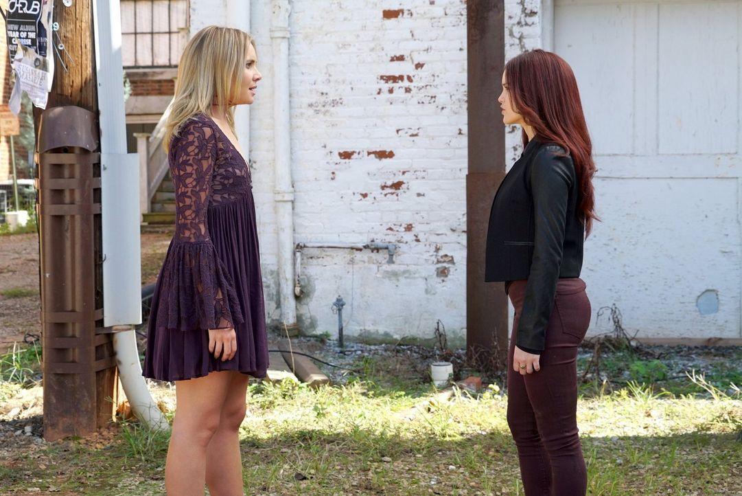 Wird Aurora (Rebecca Breeds, r.) die Informationen, die sie über Cami (Leah Pipes, l.) erfährt, gegen sie einsetzten können? - Bildquelle: Warner Bros. Entertainment Inc.