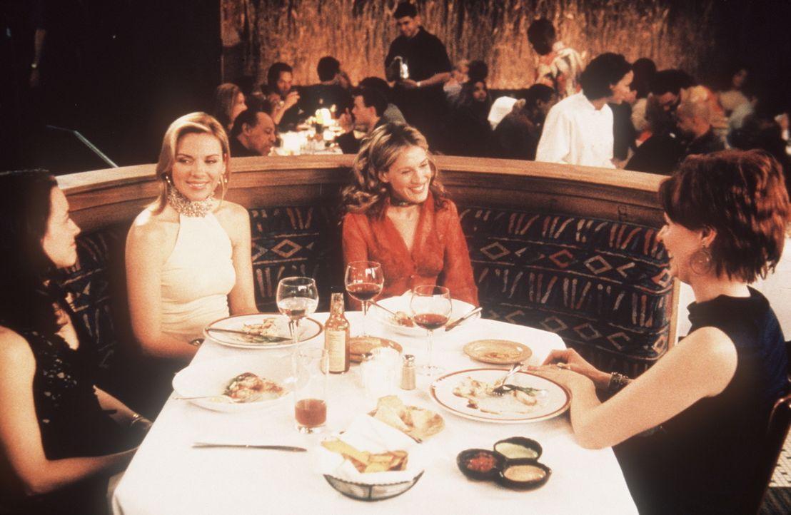 (v.l.n.r.) Charlotte (Kristin Davis), Samantha (Kim Cattrall), Carrie (Sarah Jessica Parker) und Miranda (Cynthia Nixon) genießen das fantastische E... - Bildquelle: Paramount Pictures