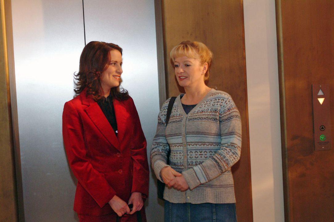 Helga (Ulrike Mai, r.) fordert Inka (Stefanie Höner, l.) auf, mit ihr einen gemeinsamen Nachmittag zu verbringen. - Bildquelle: Monika Schürle Sat.1