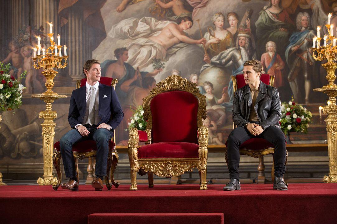 Veränderungen am Hofe stehen an: Prinz Robert (Max Brown, l.) und Prinz Liam (William Moseley, r.) ... - Bildquelle: Matt Frost 2016 E! Entertainment Television, LLC