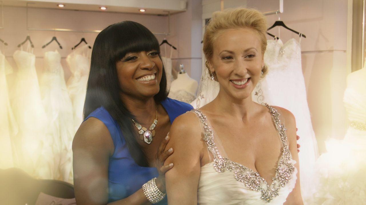 Keasha (l.) steht offen zu ihrer Meinung und kann fast allen Frauen so zum perfekten Kleid verhelfen ... - Bildquelle: Copyright 2012 All Rights Reserved  KPD Productions Inc.