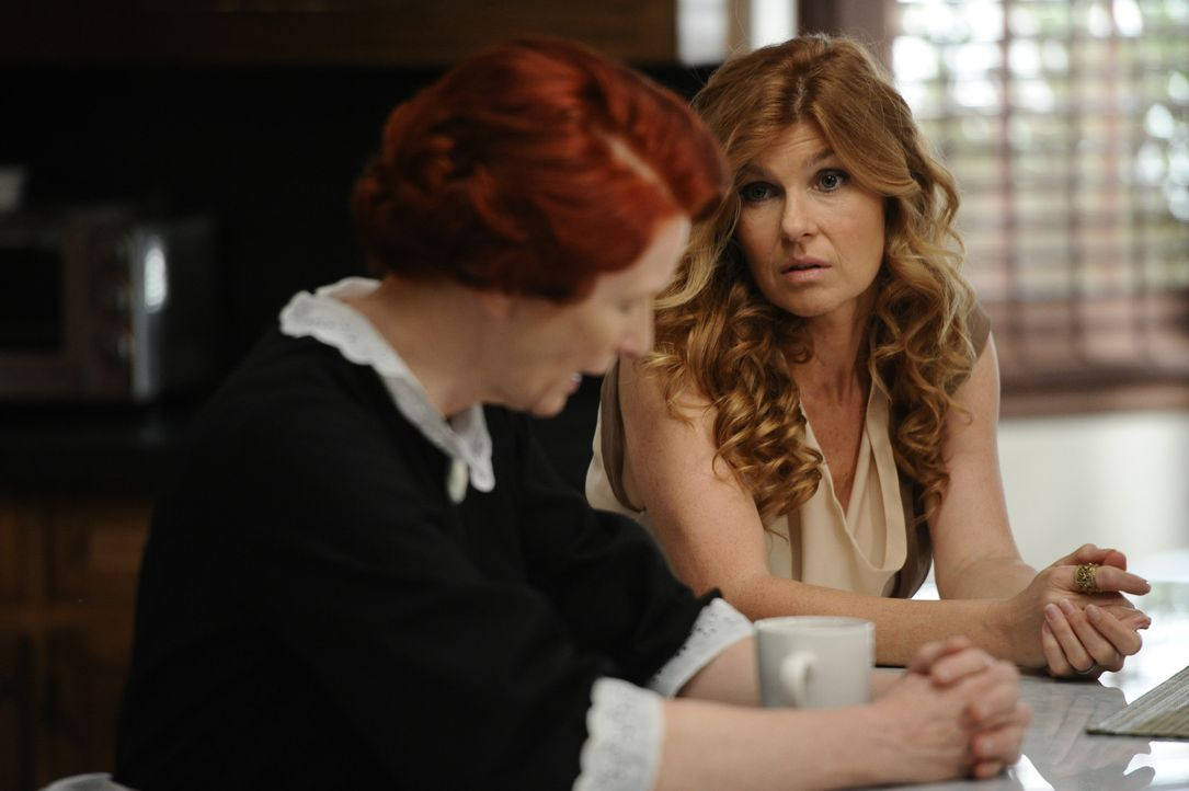Als Vivien (Connie Britton, r.) Moira (Frances Conroy, l.) um eine Tasse Tee bittet, macht diese ihr klar, dass sie keine Befehle von Geistern annim... - Bildquelle: 2011 Twentieth Century Fox Film Corporation. All rights reserved.