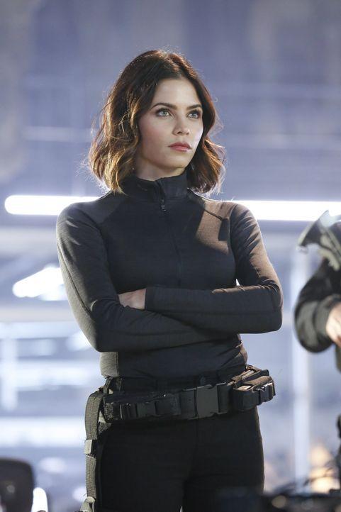 Lucy Lane (Jenna Dewan Tatum) braucht Supergirls Hilfe um Livewire, eine entflohene Gefangene des DEO, zurückzubringen ... - Bildquelle: 2015 Warner Bros. Entertainment, Inc.