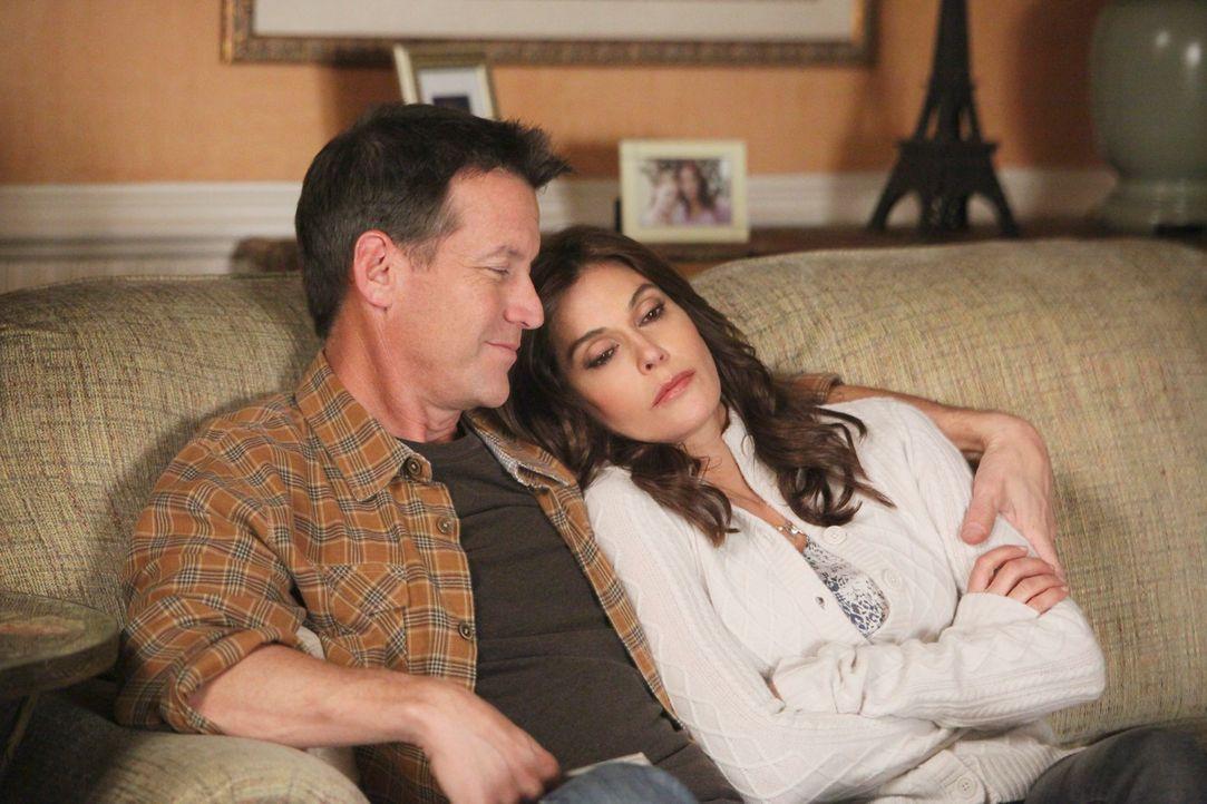 Ein Schock jagt den nächsten: Mike (James Denton, l.) und Susan (Teri Hatcher, r.) ... - Bildquelle: ABC Studios