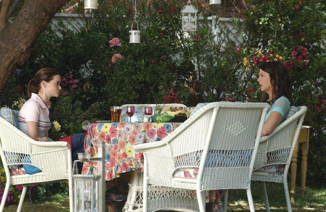 Ausnahmsweise sind sich Mutter und Tochter gar nicht einig. Lorelai (Lauren Graham, r.) hat kein Verständnis dafür, dass ihre Tochter Rory (Alexis B... - Bildquelle: 2004 Warner Bros.