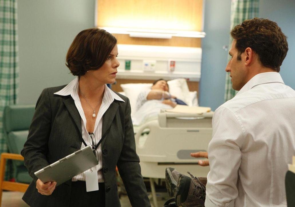 Kann Dr. Hank Lawson (Mark Feuerstein, r.) der überheblichen Chirurgin Dr. Elizabeth Blair (Marcia Gay Harden, l.) den Wind aus den Segeln nehmen? - Bildquelle: Universal Studios