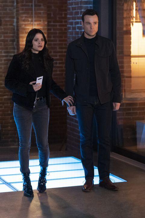 Mel Vera (Melonie Diaz, l.); Harry Greenwood (Rupert Evans, r.) - Bildquelle: Michael Courtney 2019 The CW Network, LLC. All Rights Reserved. / Michael Courtney