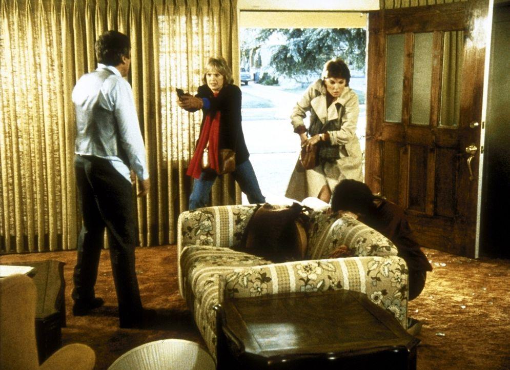 Cagney (Sharon Gless, 2.v.li.) und Lacey (Tyne Daly, 2.v.re.) können Phyllis (Sheila Larken, r.) endlich vor ihrem brutalen Mann Brent (Grey Mullav... - Bildquelle: ORION PICTURES CORPORATION. ALL RIGHTS RESERVED.