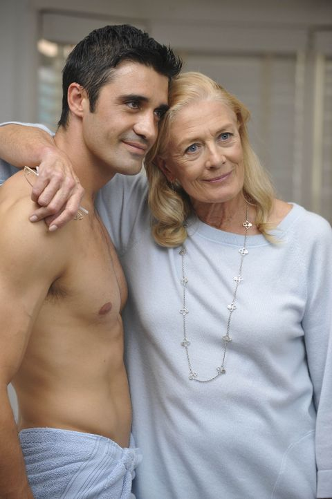 Julias Mutter Erica (Vanessa Redgrave, r.) taucht mit ihrem neuen, sehr jungen Ehemann (Gilles Marini, l.) in L.A. auf, um sich vor Gericht das Sorg... - Bildquelle: Warner Bros. Entertainment Inc. All Rights Reserved.