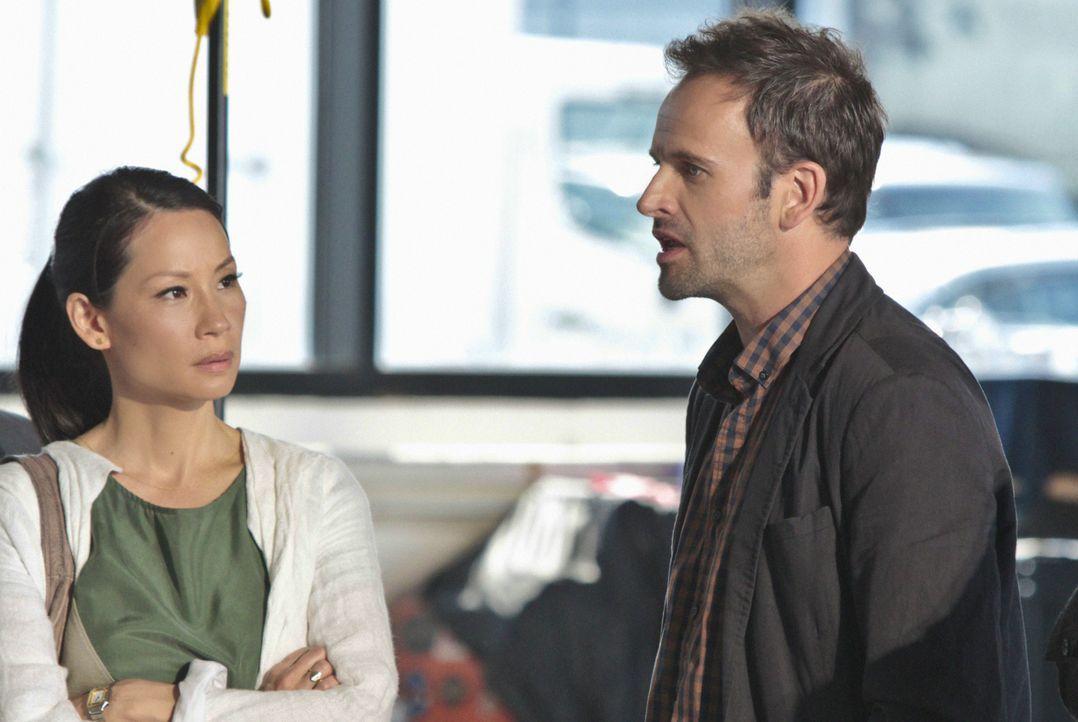 Versuchen, einen Mörder dingfest zu machen: Sherlock Holmes (Jonny Lee Miller, r.) und Joan Watson (Lucy Liu, l.) ... - Bildquelle: CBS Television