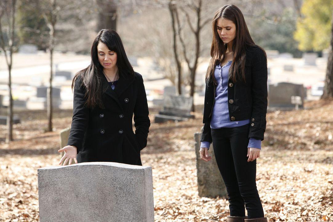 Geliebte Feindin: Isobel (Mia Kirshner, l.) und Elena (Nina Dobrev, r.) ... - Bildquelle: Warner Bros. Television