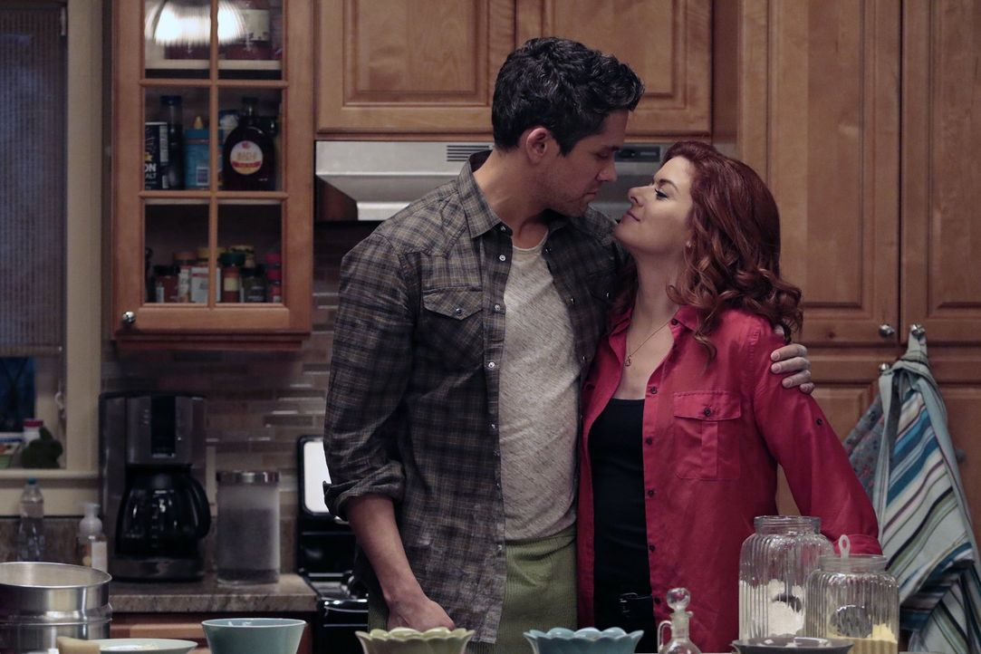 Wird Tony (Neal Bledsoe, l.) der Auserwählte von Laura (Debra Messing, r.) oder hat doch Jake die Nase vorne? - Bildquelle: 2015 Warner Bros. Entertainment, Inc.