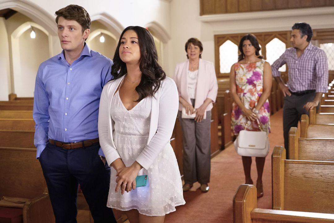 Die Generalprobe für ihre Hochzeit steht bevor. Doch bereits dort müssen Jane (Gina Rodriguez, vorne r.) und Michael (Brett Dier, vorne l.) feststel... - Bildquelle: Greg Gayne 2016 The CW Network, LLC. All rights reserved.