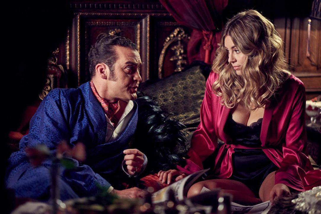 König Cyrus (Jake Maskall, l.) macht Violet (Keeley Hazell, r.) einen Liebeserklärung. Doch wie wird sie damit umgehen und kann er ihr wirklich vert... - Bildquelle: 2015 E! Entertainment Media LLC/Lions Gate Television Inc.