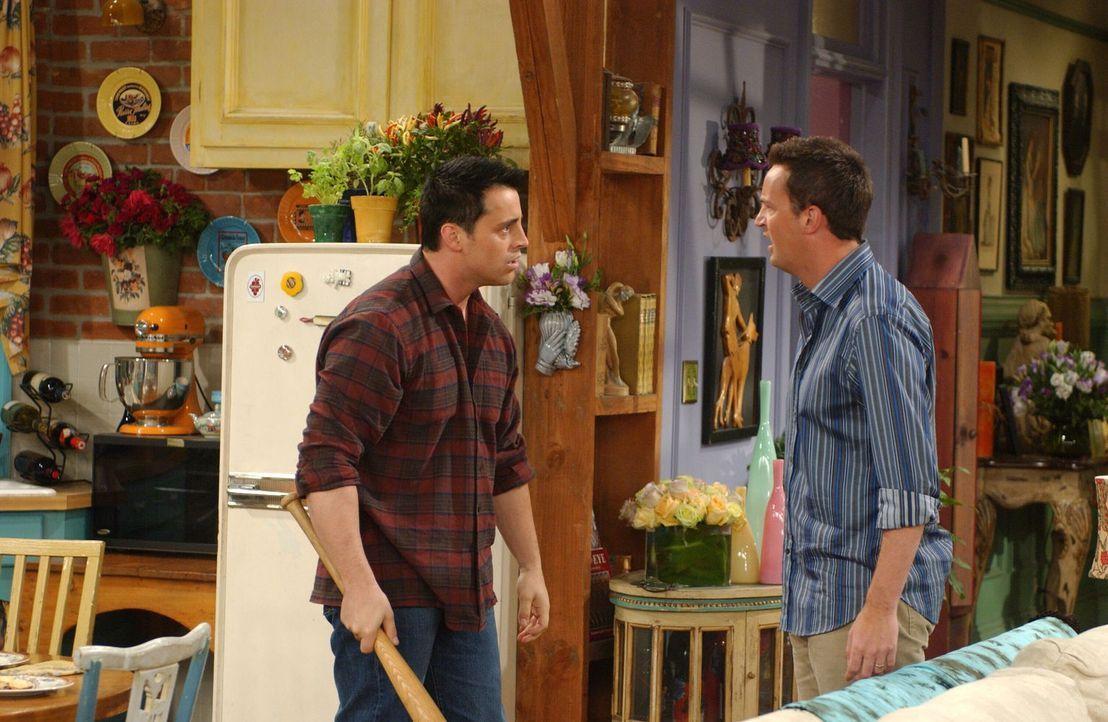 Chandler (Matthew Perry, r.) hat Angst, bei der Dame von der Adoptionsstelle keinen guten Eindruck hinterlassen zu haben und gibt Joey (Matt LeBlanc... - Bildquelle: 2003 Warner Brothers International Television