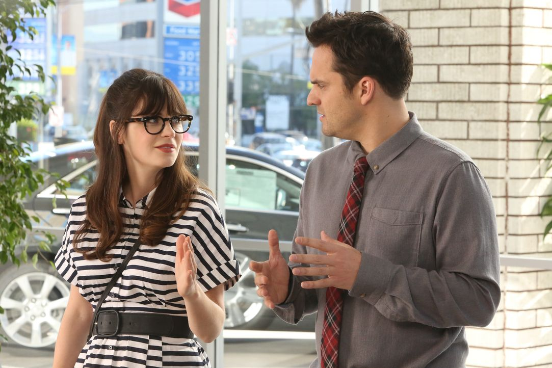 Noch ahnen Jess (Zooey Deschanel, l.) und Nick (Jake Johnson, r.) nicht, dass ihr kleines Schauspiel für einen sexistischen Autohändler böse enden w... - Bildquelle: Patrick McElhenney 2016 Fox and its related entities. All rights reserved. / Patrick McElhenney