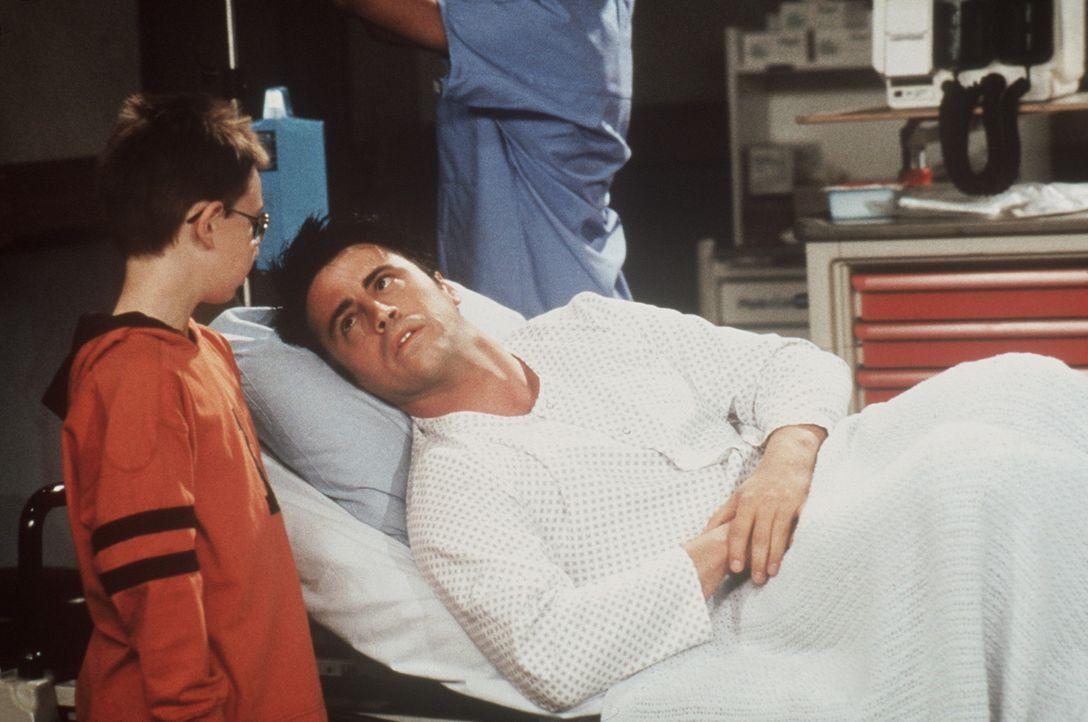 Joey (Matt LeBlanc, r.) ist verzweifelt: Wie bringt man nur ein Kind dazu, nicht dauernd sein Stichwort zu verpassen ... - Bildquelle: TM+  2000 WARNER BROS.
