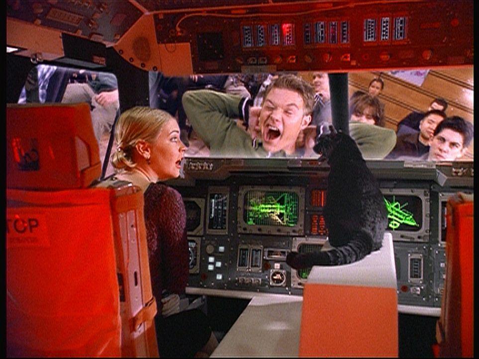 Sabrina (Melissa Joan Hart, l.) und Salem sitzen in einem Spielzeugraumschiff in Libbys Nase. Als sie diese zum Niesen bringen, um wieder herauszuko... - Bildquelle: Paramount Pictures