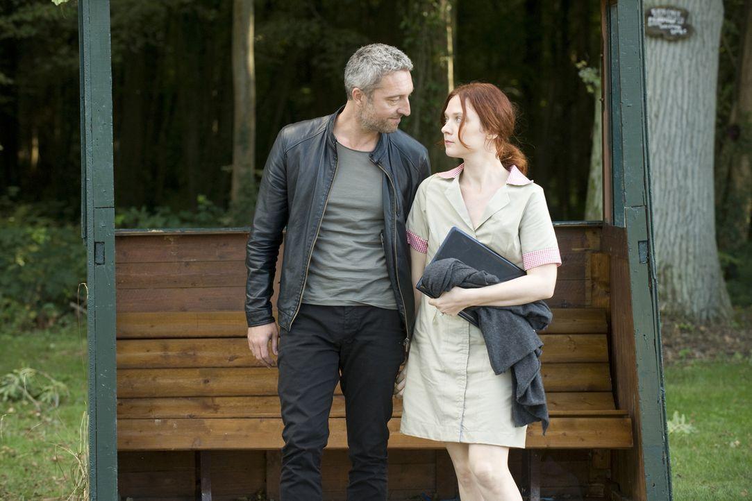 Antoine Garrel (Benjamin Baroche, l.) nutzt Chloés (Odile Vuillemin, r.) Gedächtnisverlust für seine Zwecke und redet ihr ein, sie hieße Alice und l... - Bildquelle: 2015 BEAUBOURG AUDIOVISUEL