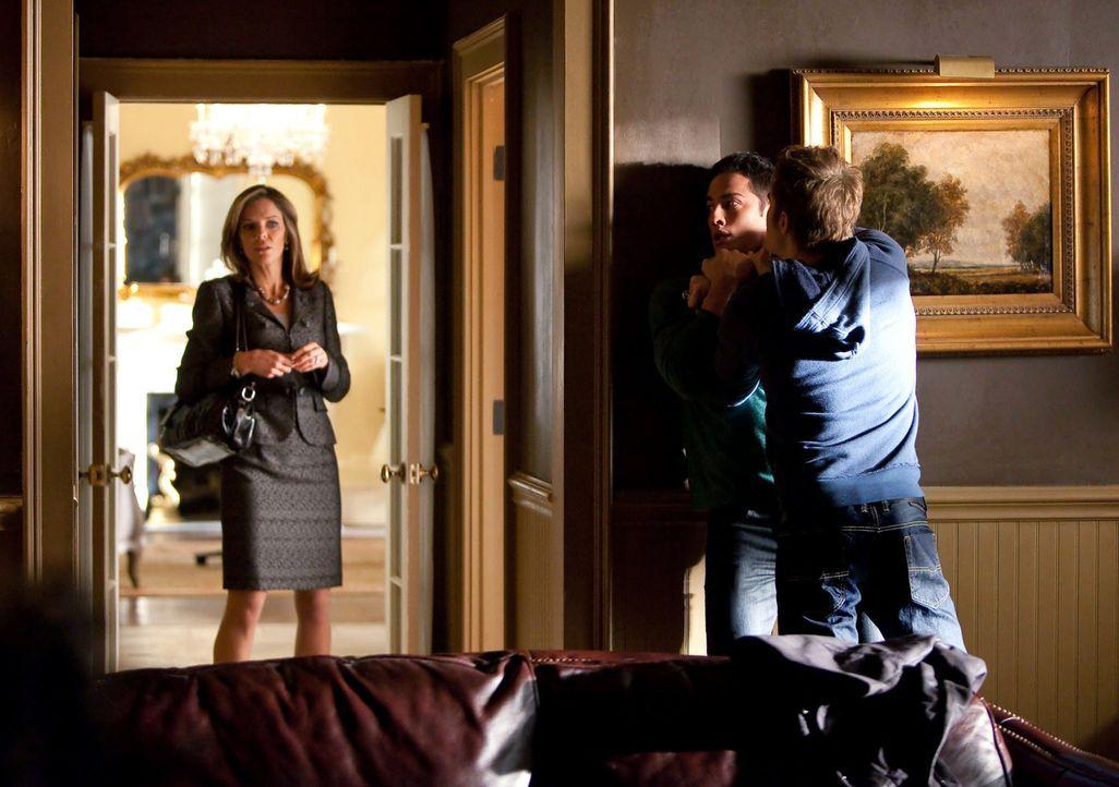 Stefan (Paul Wesley, r.) versucht Tyler (Michael Trevino, M.) zu verdeutlich, dass, obwohl Vampire und Werwölfe natürlich Feinde sind, sie normal mi... - Bildquelle: Warner Brothers