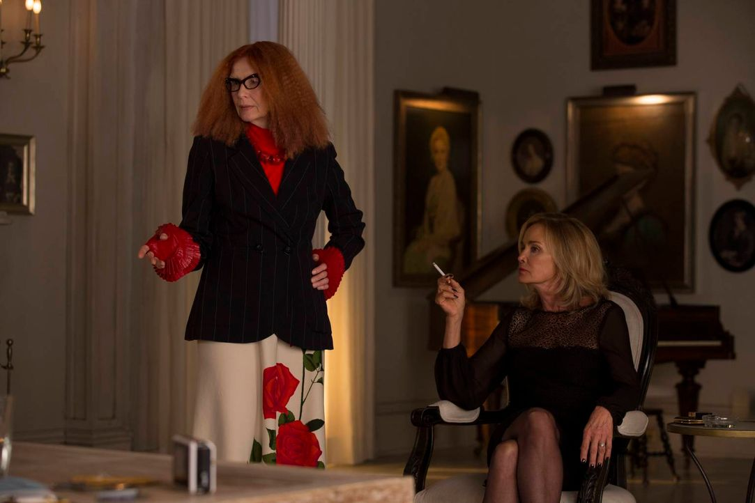 Fiona (Jessica Lange, r.) und Myrtle Snow (Frances Conroy, l.) werden so schnell keine Freundinnen mehr ... - Bildquelle: 2013-2014 Fox and its related entities. All rights reserved.