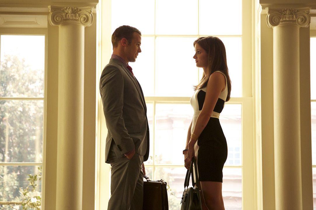 Roy (Cam Gigandet, l.) und Jamie (Anna Wood, r.) stehen sich im Gericht wieder gegenüber, aber können sie die professionelle Basis wahren? - Bildquelle: 2013 CBS BROADCASTING INC. ALL RIGHTS RESERVED.
